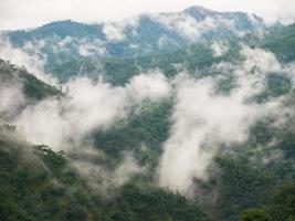 mistige bergen in regenseizoen