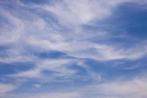 blauwe lucht met onregelmatige wolken foto
