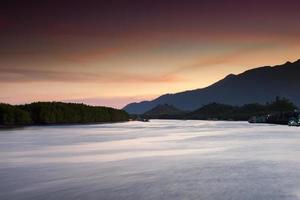 kleurrijke zonsopgang die over de zee nadenkt foto