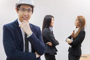 jonge zakenman die een helm en een pak draagt foto