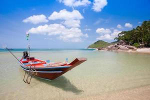 kleurrijke boot op het water foto