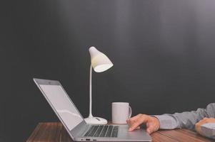 zakenman met behulp van laptopcomputer foto