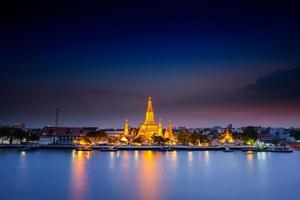 bangkok, thailand, 2020 - lange blootstelling van de wat arun-tempel 's nachts