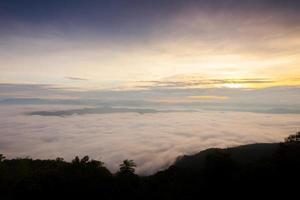 mist over bergen bij zonsopgang