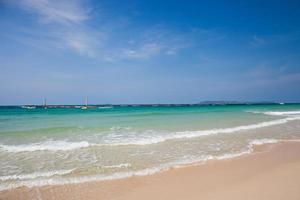 blauw water op een strand