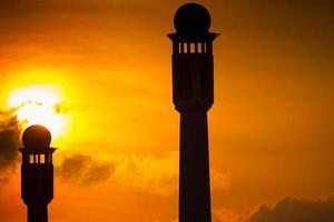 silhouet van een moskee bij zonsondergang