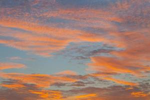 oranje wolken in een blauwe hemel foto