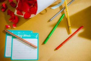 bovenaanzicht van een bureau met pennen foto