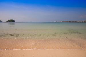 strand met helder water foto