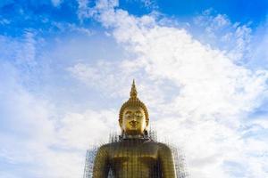 ang thong, thailand, 2020 - uitzicht op de grote boeddha tegen de lucht