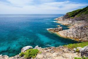 blauw oceaanwater en blauwe hemel foto