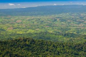 luchtfoto van weelderige groene bergen