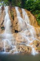 cascade op rotsen foto