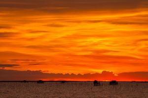 helder oranje avondrood foto