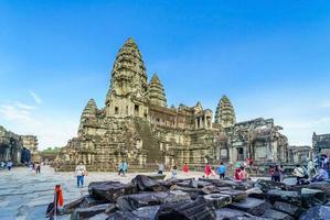 mensen bij de tempel van angkor wat, siem reap, cambodja