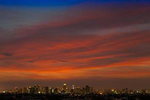 stadsgezicht met een kleurrijke zonsondergang