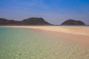 tropisch strand met heuvels foto