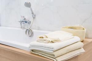 witte handdoeken op de badkuip foto