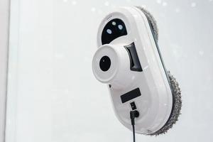 binnenlandse robot die glasvenster op hoogbouw schoonmaakt foto