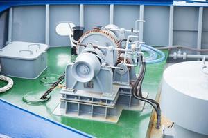 machines aan de voorkant van het schip