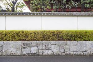 witte muur aan de weg foto