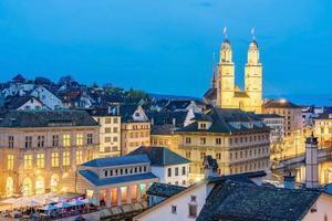 uitzicht op Grossmunster en de oude binnenstad van Zürich foto