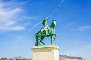 standbeeld op de place d'armes voor het koninklijk paleis van versailles in frankrijk