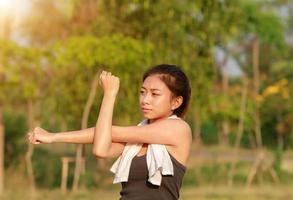 atletische vrouw warming-up