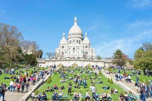 toeristen op montmartre dichtbij basiliek sacre coeur, parijs