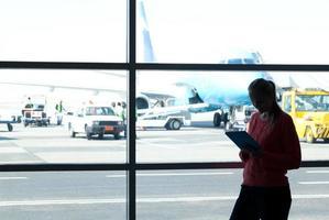 vrouw met behulp van een tablet op de luchthaven