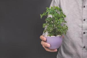 plant pot in de hand van een man