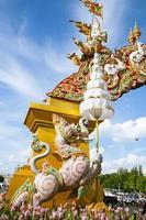 boog en versiering bij een tempel in Thailand