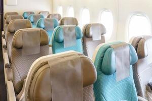 lege rijen stoelen in het vliegtuig foto