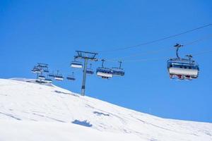 skilift met stoelen foto