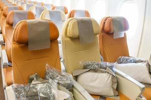 lege rijen stoelen in het vliegtuig