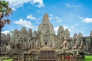 oude tempel bayon angkor complex, siem reap, cambodja