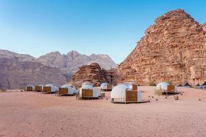 kamperen langs de rotsen in petra, wadi rum, jordanië