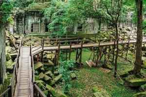 beng mealea tempelruïnes in het midden van bos, siem reap, cambodja