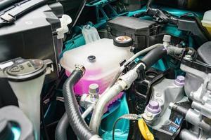 vergrote weergave van de motor van een auto foto