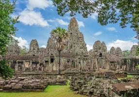 oude tempel bayon angkor complex, siem reap, cambodja foto