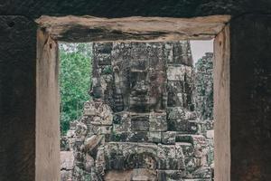 oude stenen gezichten bij bayon tempel, angkor wat, siam reap, cambodja foto