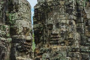 oude stenen gezichten van bayon tempel, angkor wat, siam reap, cambodja foto