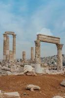 tempel van hercules, romeinse korinthische zuilen op de citadelheuvel in amman, jordanië foto