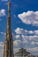 witte marmeren torenspitsen op het dak van de beroemde kathedraal duomo di milano in milaan, italië