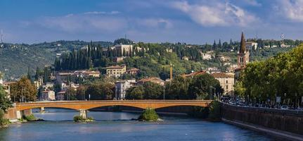 ponte navi op de rivier de adige in verona, italië foto