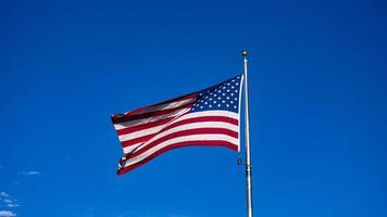 usa vlag zwaaien in de blauwe lucht foto