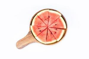 watermeloen in plakjes gesneden op houten dienblad