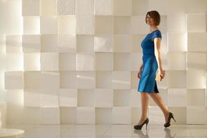 lachende vrouw in blauwe jurk foto