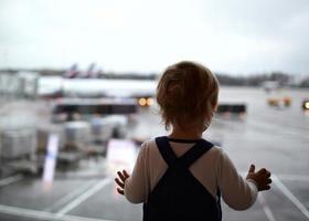 kind op de luchthaven foto