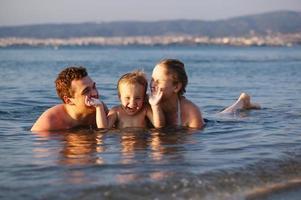 familie in het water foto